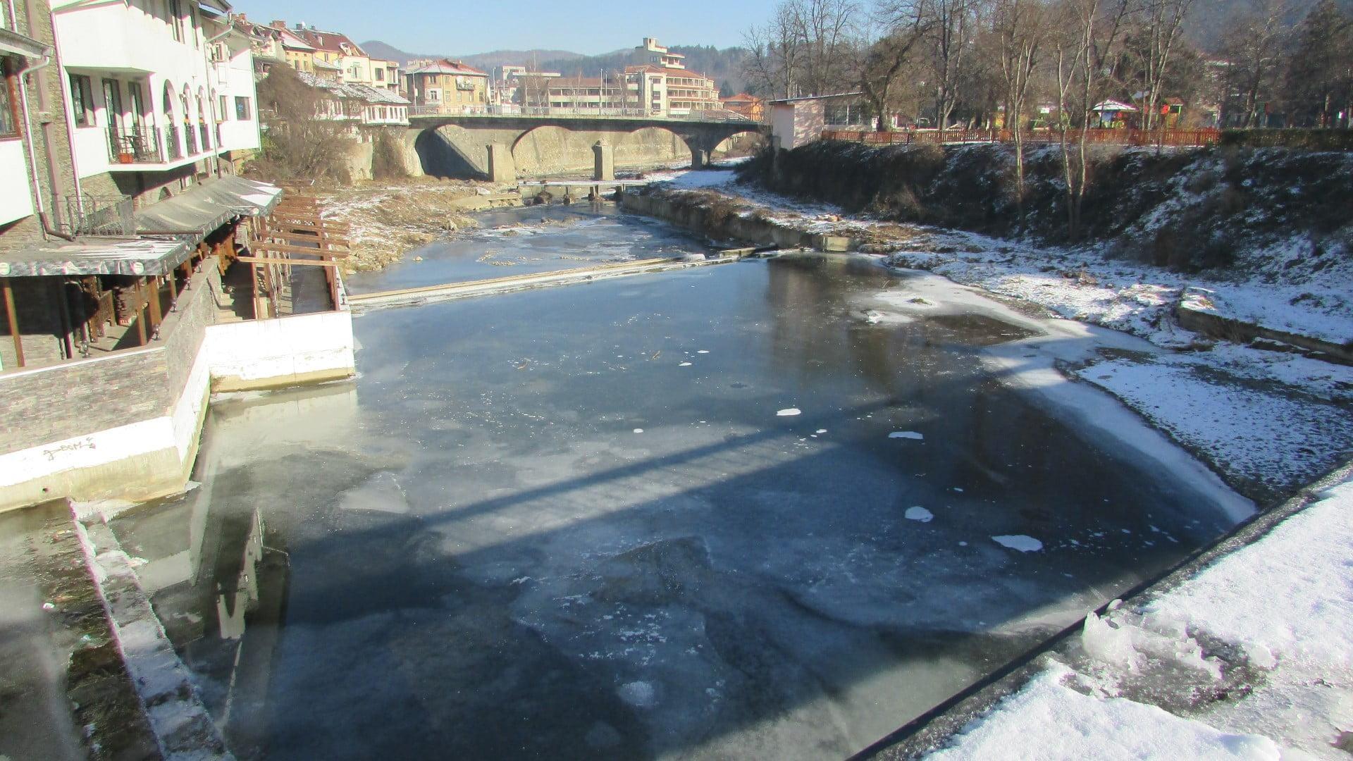 Троян - 01.01.2015год. Река Осъм е замръзнала.